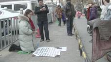 美女寒冬跪街头求捐款,老人为其慷慨捐3万,警