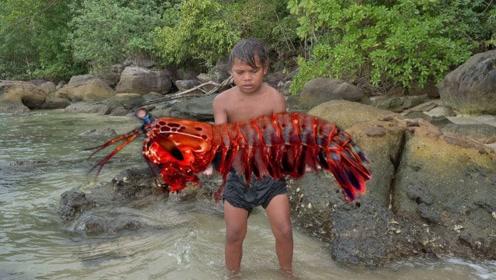 农村小孩野外生存,在海中发现超大螳螂虾,迫