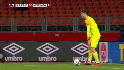 纽伦堡VS沃尔夫斯堡:白队定位球开到禁区,直接被顶出