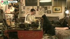 裴正南对着狗狗唱歌,而狗狗只想要他嘴里的食物:你不懂狗狗的心