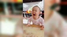 爸爸抢走宝宝的勺子后,下一秒笑倒全家,网友:看宝宝的恶龙咆哮!