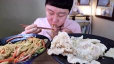 """爱美食:小哥吃中国美食""""锅包肉"""",这外观算不算是正宗的?"""