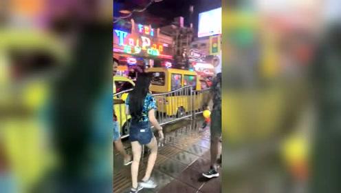 泰国的泼水节,街头随意洒水,充满了祝福!