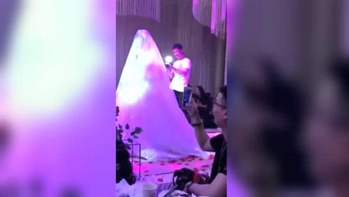 婚礼现场新郎竟做出这种糗事,全场哈哈大笑,