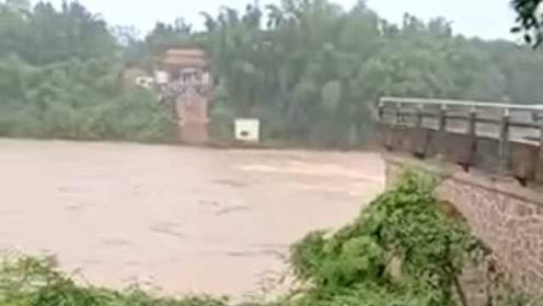 廣東河源百米大橋突然被洪水沖垮,1輛途經小車墜河,2人失聯