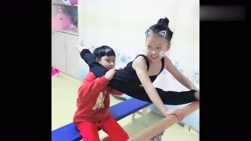 学舞蹈的女儿回到家,就让哥哥帮她训练基本功,这动作真让人心疼