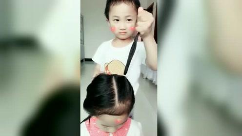 3岁弟弟给姐姐扎头发,2秒速扎给他个赞好吗