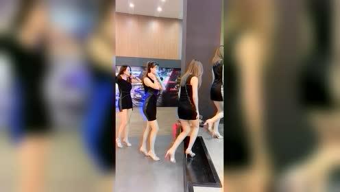 搞笑视频:美女模特