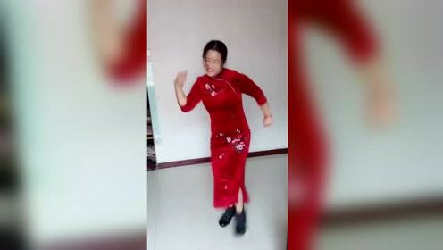 红衣美女,劲歌热舞,太搞笑了!