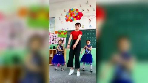 原来幼儿园老师还有这样的一面,这可爱的动作