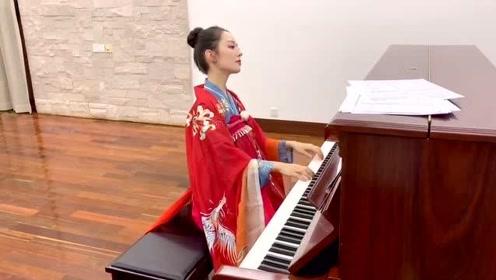 郎朗妻子吉娜!弹一首钢琴曲送给大家!超可爱!