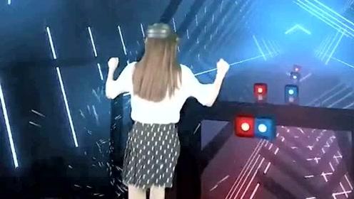 没想到玩个VR虚拟游戏还能学习跳舞,不愧是舞蹈生,美女轻松的就过了关!