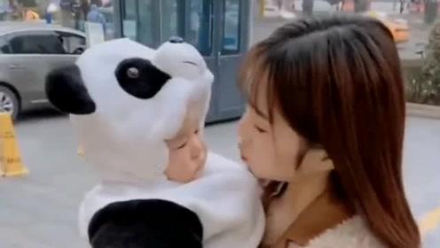 美女为了逗小侄子开心,当众做出这个举动,广州网友:简直没眼看!