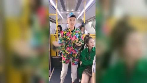 搞笑公交车小伙唱歌太疯狂了,直接引起众怒,
