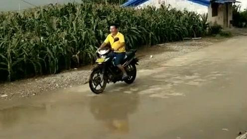 只要电动车速度够快,大雨就追不上我,看我如
