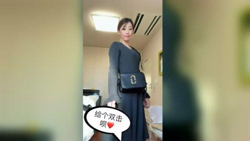 40岁阿姨秀自拍,穿一身黑色长裙,像20女子一样