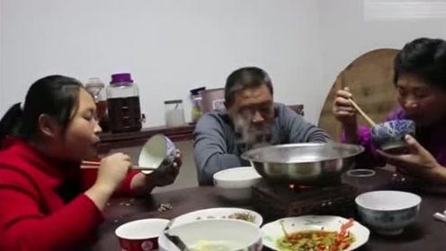 胖妹回娘家蹭饭又吃又拿,老爸烧牛肉火锅,一家人围着吃好温馨!
