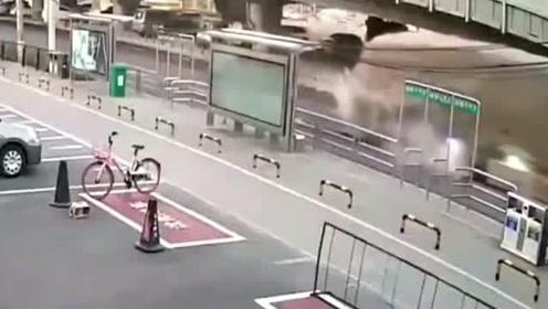 货车压塌路面瞬间,断轴爆胎,现场白烟滚滚!