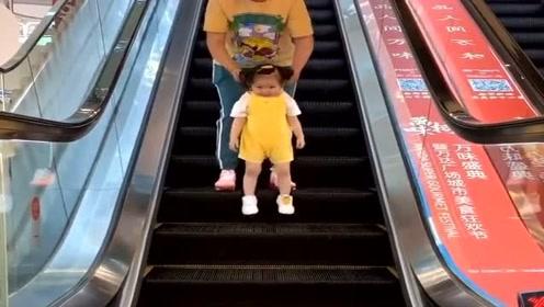 奶奶和孙女下电梯,接下来这操作,看完憋住别笑!