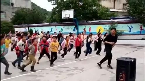自从学校来了男体育老师,孩子们上课比以前更带劲了