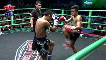 泰拳比赛,宛如炮弹的肘击向对手疯狂发射,对手被堵在擂台边毫无反抗之力