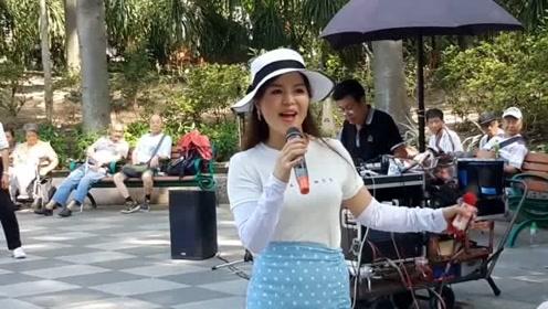 街头艺人小红歌唱《天涯歌女》