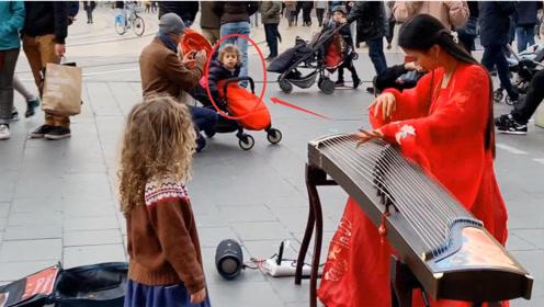 《美丽的神话》火到国外,美女街头古筝演奏,听傻在场围观老外!