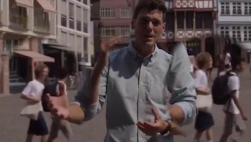 重现《信条》名场面?记者报道时被恶搞 路人倒退行走毁掉整段视频