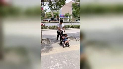 难怪爸爸说带孩子出去很轻松,原来是这样带孩子!