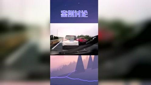 前方发生事故,红车紧急停车,视频车撞上白车,导致三车相撞