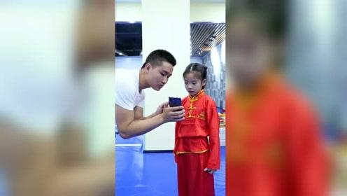 小徒弟训练受阻不开心了,教练把之前练武术视频拿给她看,她是在笑我吗?