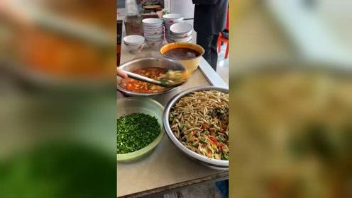 陕西的特色美食片片面,当地人每天都要吃一碗才舒服,已经成了习惯