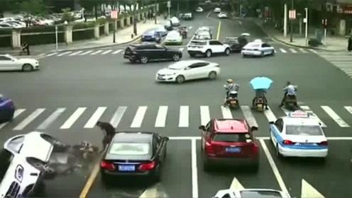 监控:男子正在等红灯,谁知下一秒一脚把车踢翻了,监控记录下全程
