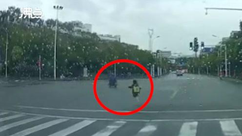 监拍电瓶车起步太快意外将后座孩子跌落 家长发现后竟将孩子一脚踹倒