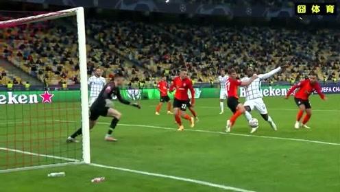 这也能行?卢卡库都被抱成这样还不吹点球?欧冠裁判也比中超好不了多少!