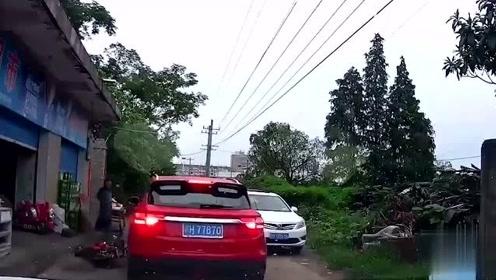 电动车司机恶意别车,视频车师傅猝不及防开撞,不料司机躺地撒泼