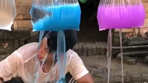 用方便袋装水进行洗头,哪料洗头时全都变了颜