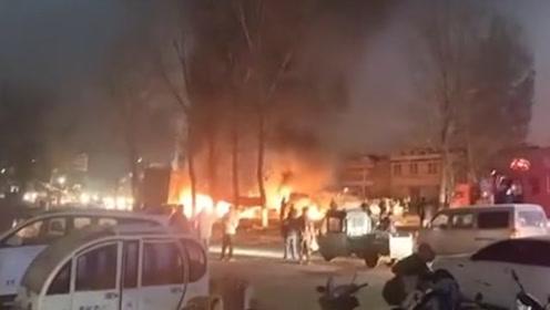 河南商丘多车相撞引发火灾,消防已在现场救援