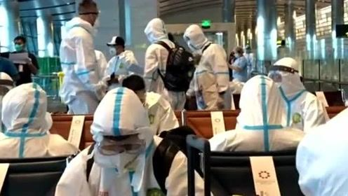 中超北京国安队出征亚冠,穿特制防护服抵达卡塔尔机场,大家平安归来!