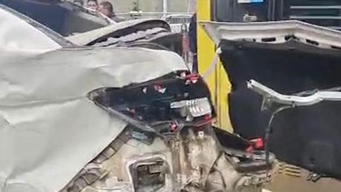 湖北潜江一公交车失控冲进路边商铺,现场多辆车受损