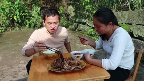 酱香手撕兔这样做,兔肉细嫩味美,大口吃肉,配上美酒才过瘾