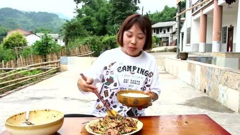 秋妹做了凉拌猪舌头,狼吞虎咽的,食量不减,吃得那个香呀