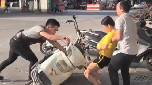 吃饭的小伙突然跑出门外,老板本来以为他逃单,是帮孕妇扶电动车!