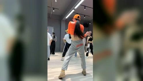 学舞蹈还是需要现场气氛的,网上视频能学会的那就不会这么多来自全国各地小姐姐来学了