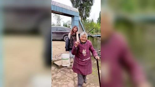 回到老家,80岁的奶奶非要帮我抬水,终于明白小时候她为什么不要我帮她了