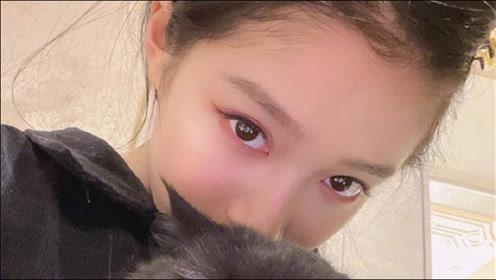 关晓彤绿洲晒2021第一张自拍 抱爱宠小猫表情亮了