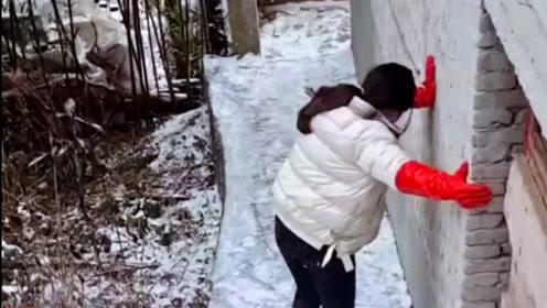 在雪地里大家要注意安全,美女这一跤摔得真惨,隔着屏幕都感觉疼