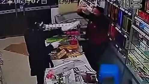 男子为买彩票凌晨拿菜刀抢劫便利店www.qq88km.com