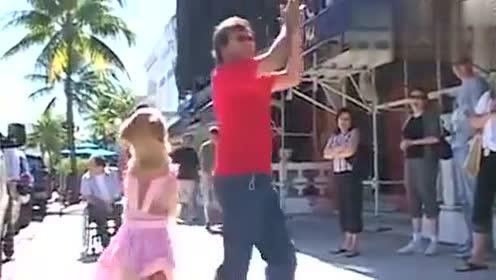 狗狗喜欢和主人一起跳舞