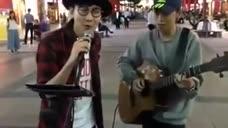 林俊杰逛街时遇到流浪歌手唱自己的歌曲 场面很温暖